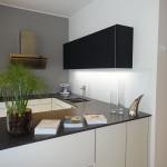 06 Küche IOS Hängelement Glas schwarz matt